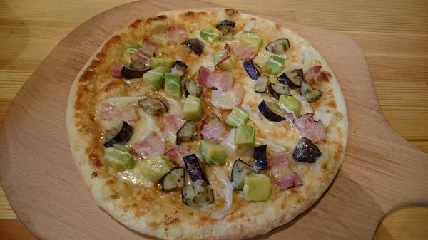 アボカドとベーコンのピザ